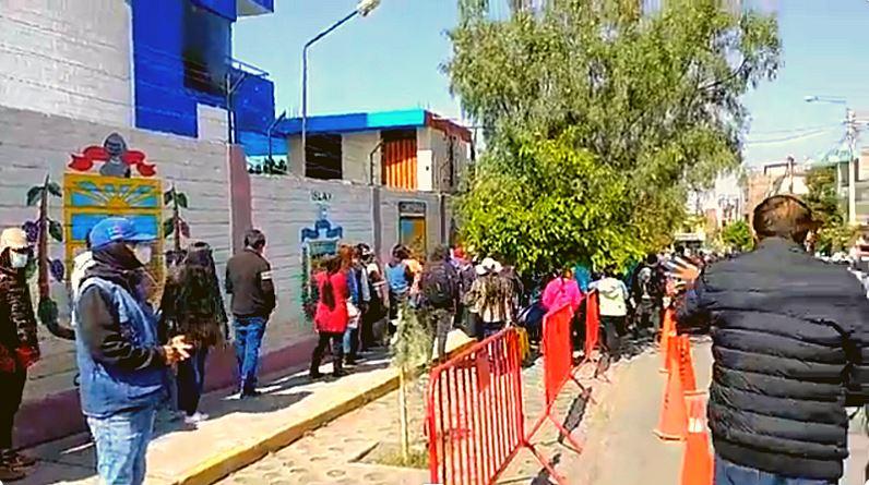 INTERMINABLES COLAS Y GRAN CONFUNSIÓN SE REGISTRARON EN LA GERENCIA DE TRANSPORTES DE AREQUIPA