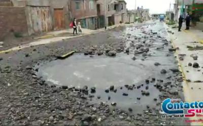Arequipa: Rotura de tubería causa inundación en domicilios. SEDAPAR los ha descuidado