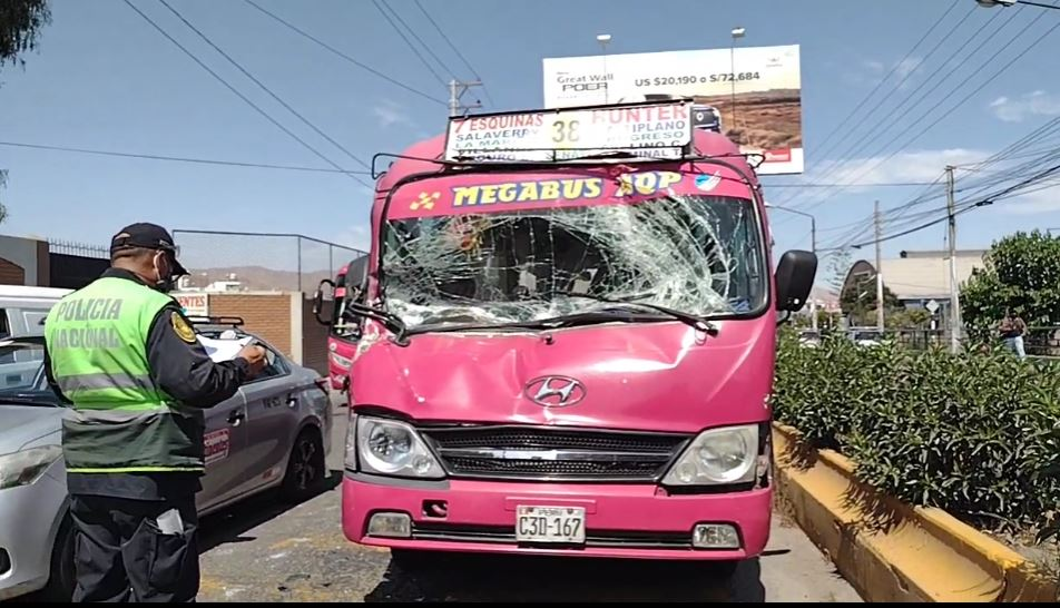 Arequipa: Cúster choca contra volquete y deja lesionada a una adulta mayor